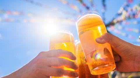 Det er faddere og medstudenter som bidrar mest til drikkepresset, og det er kun én av tre som mener det er sosialt akseptert å ikke drikke på et studentarrangement, ifølge en studie.