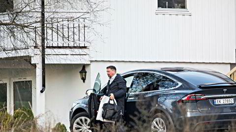 Fredag 13. oktober fikk Geir Fredriksen skattekrim på besøk hjemme. Påfølgende mandag oppsøkte han Boligbyggs lokaler og tok med seg en dokumentmappe som fremprovoserte pågripelsen av den innleide konsulenten.