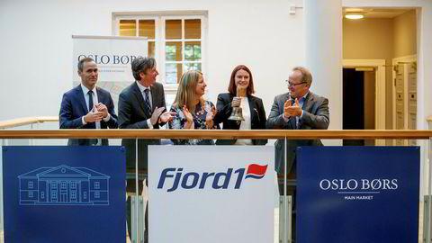 Fergeselskapet Fjord1 ble børsnotert tirsdag 15. august. Økonomi og finansdirektør Anne-Mari Sundal Bøe ringer i bjella på Oslo Børs for å markere noteringen.