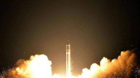 En nordkoreansk Hwasong-15-rakett skytes opp i slutten av november. Bildet er tatt av nordkoreanske myndigheter. Foto: AP / NTB scanpix
