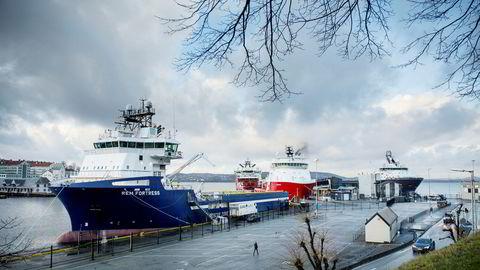 Offshorefartøy i opplag kan få nye oppdrag – som plastinnsamlere. Her er et supplyskip ankret opp ved Skoltegrunnskaien i Bergen.