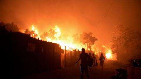 Migranter og flyktninger flykter fra brannene i Moria-leiren på Lesbos