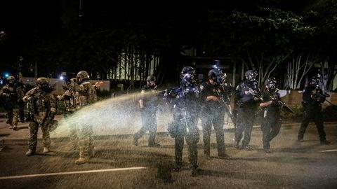Føderale agenter, sendt til Portland av myndighetene i Washington, D.C., brukte tåregass mot demonstranter fredag kveld. Byens ordfører krever at agentene trekkes ut fra byen.