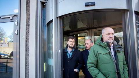 Magnus Carlsen (fra venstre) med daglig leder Andreas Thome og manager Espen Agdestein utenfor Investinors kontorer i Oslo sentrum.