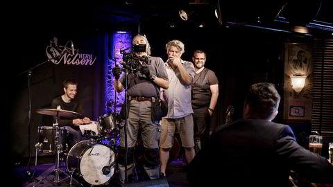 Regissør Per Olav Sørensen (i midten) skal regissere en originalserie fra Netflix i Sverige. Her fra en pilotinnspilling på Herr Nilsen i Oslo i fjor høst.