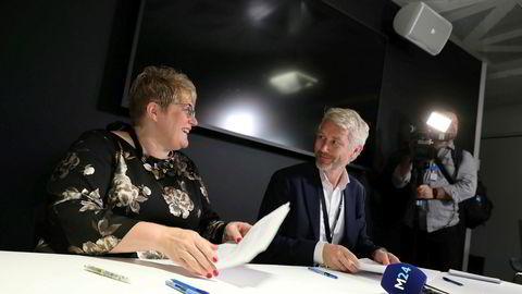 Kulturminister Trine Skei Grande og TV 2-sjef Olav Sandnes signerte høsten 2018 avtalen om kommersiell allmennkringkasting, som kan gi TV 2 inntil 135 millioner kroner årlig.