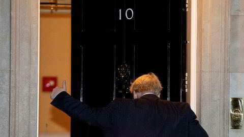 På fjerde forsøk fikk statsminister Boris Johnson gjennom sitt krav om nyvalg. Her tydelig fornøyd på vei inn i statsministerboligen etter avstemningen i parlamentet tirsdag kveld.