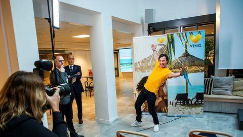 En kommunikasjonsrådgiver (til venstre) og styreleder Torgeir Silseth overvåker ablegøyene til Petter Stordalen under fotografering for Ving etter presentasjonen av selskapets nye eier.