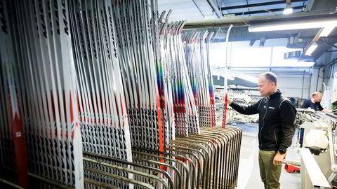 Administrerende direktør Nils Hult i Madshus har sett hvordan felleski har reddet salgstallene i skibransjen. Her i produksjonsrommet i fabrikken på Biri.