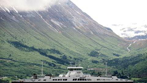 E39 går gjennom et område med 1,7 mill innbyggere og de fire fylkene med størst eksport. DNs fremstilling av Fergefri E39 er til forundring, sier forfatteren. Her fergen MF Storfjord på sambandet Festøya - Solavågen på E39 i Møre og Romsdal.