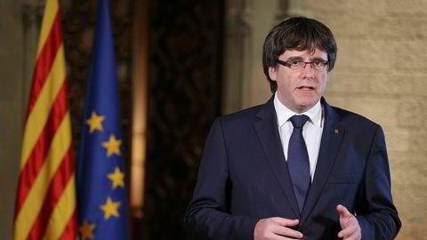 Catalonias president Carles Puigdemont holder tale i Barcelona kvelden etter at den spanske regjeringen begynte prosessen for å frata regionen selvstyret.
