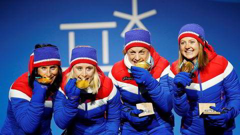 Marit Bjørgen (fra venstre), Ragnhild Haga, Astrid Uhrenholdt Jacobsen og Ingvild Flugstad Østberg tok OL-gull i stafett og fikk medaljene utdelt på Medals Plaza i Pyeongchang. Stafetten ble også en opptur for TV Norge.