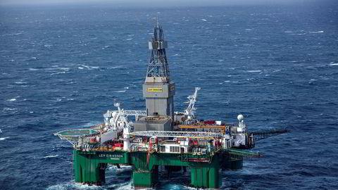 Mandagens oljeprisoppgang fortsetter tirsdag og nordsjøoljen Brent handles tirsdag morgen for 59,39 dollar fatet. Her fra boreriggen Leiv Eriksson som driver avgrensingsboring i Barentshavet.