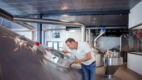 Aass Bryggeri-sjef Christian Aass sier de lever fra hånd til munn og frykter manglende CO2-leveranser vil gå ut over produksjonen av juleøl.