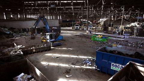 Gjenvinning er mer arbeidsintensivt enn gruver. Mer metaller fra gjenvinning og mindre fra gruver gir flere arbeidsplasser. Her fra Norsk Gjenvinning.
