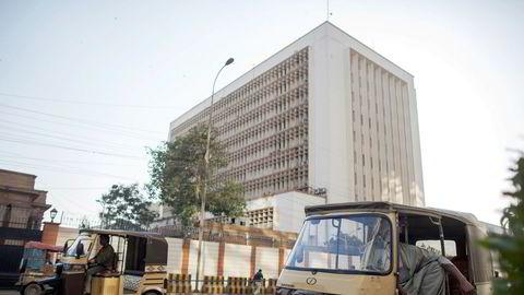 Sentralbanken i Pakistan har sendt et eget team for å granske svindelen i Telenor Microfinance Bank.