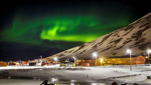 Svalbard risikerer enorm temperaturøkning neste 80 år hvis dagens klimautslipp fortsetter. Bildet viser Nordlys over Longyearbyen på Svalbard.