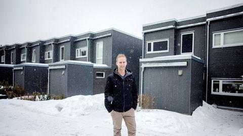 Jon Freddy Feragen er pilotkunde for en ny smartforsikring fra Sparebank 1 og tester ut ulike sensorer i huset sitt.