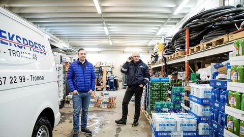Macks ølbryggeri har startet hjemlevering av øl, brus og vann til kunder. Her eksportsjef Ken Stian Olsen (til venstre) og Bjørn Kvalheim, befrakter i Miniekspress.