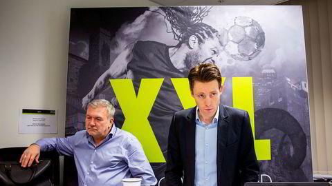 XXL-sjef Tolle Grøterud (til høyre) sier han ikke vil ta nedskrivning av XXLs opphopede varelager, men blir ikke trodd av Danske Bank. Her sammen med styremedlem og XXL-gründer Øivind Tidemandsen.