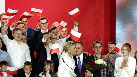 Polens sittende president Andrzej Duda møter sine tilhengere i Pultusk søndag. Her sammen med sin kone Agata Kornhauser-Duda,