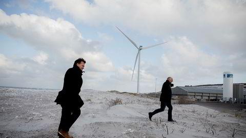 Styreleder Erik Heim fra Nordic Aquafarms (til venstre) haster sammen med daglig leder Claus Rom fra den forblåste stranden til oppdrettsanlegget til Sashimi Royal i Hanstholm der den første fisken nå er klar til å bli slaktet.