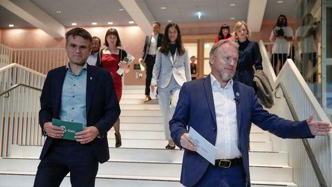 Finansbyråd Einar Wilhelmsen (til venstre) sier han ser alvorlig på bruddene på arbeidstidsbestemmelsene, her samme med byrådsleder Raymond Johansen