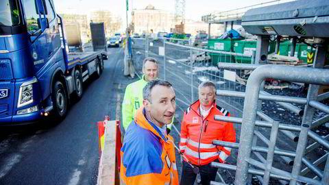 – Det er informasjonsdelingen som er nøkkelen her, sier administrerende direktør Ståle Rød i Skanska Norge idet han tester det nye adgangskortet ved porten til en av Skanskas byggeplasser i Bjørvika. Bak ham står konsernsjef Morten Grongstad (til venstre) i AF-gruppen og konsernsjef Arne Giske i Veidekke.