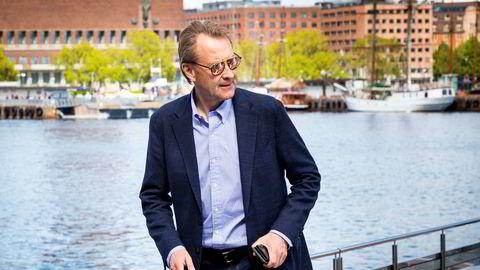 Investor Bjørn Rune Gjelsten går i land fra den elektrisk drevne båten Brim Explorer.