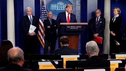 Romantittelen «Weather» spiller også på dagens politiske klima i USA etter at Donald Trump kom til makten, her omgitt av sitt koronateam: visepresident Mike Pence (f.v.), Anthony Fauci, Larry Kudlow og Deborah Birx.