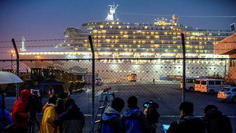 Forvarselet til korona-krisen i cruisebransjen kom da cruiseskipet «Diamond Princess» i februar ble liggende i karantene utenfor Japan med 3711 mennesker om bord. Mer enn 700 mennesker om bord hadde testet positivt. Det var det største utbruddet utenfor Kina. 12 personer døde.