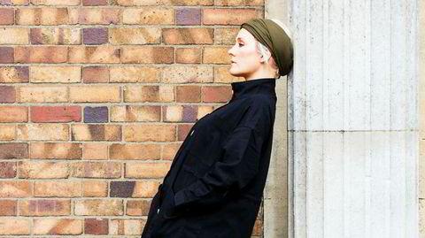 Utypisk. Den britiske musikeren Cate Le Bon har aldri fulgt popmusikkens spilleregler: hun synger på walisisk, håndlager keramikkkopper til dem som kjøper musikken hennes og designer møbler som skal se ut slik musikken hennes fortoner seg.