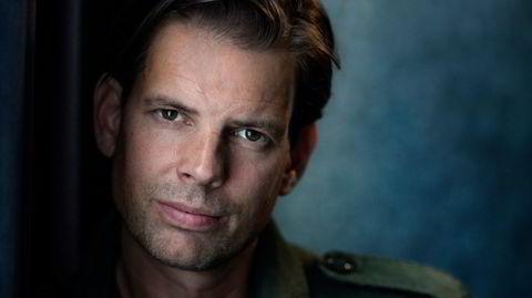Den svenske celebriteten Alex Schulman fikk et lite gjennombrudd som forfatter i Norge med «Elsk meg» for fire år siden, men nå tar hans debutroman «Overleverne» ham ut i verden.