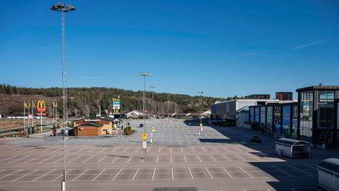 Kjøpesenteret Nordby Shoppingcenter ved Svinesund må fortsatt vente på norske kunder. Slik så det ut på parkeringsplassen ved Nordby kjøpesenter rundt klokken 17 en tirsdag ettermiddag.