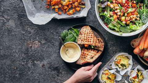 På tre måter. Toast med avocado og ovnsbakte grønnsaker, salat med ovnsbakte grønnsaker, kikerter og hasselnøtter og frittatamuffins med ovnsbakte grønnsaker