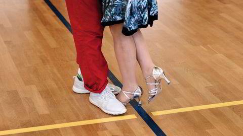 Fotkabal. I Finland er tango seriøst, man skal passe seg så man ikke tråkker hverandre på tærne