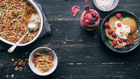 Grønn start. Bakt havregrynsgrøt, bær- og fennikelsmoothie med yoghurt og mysli og amerikanske banan- og spinatpannekaker. Se oppskrifter nederst i saken