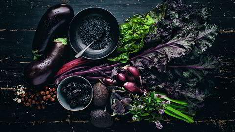 Lilladille. Kål, bjørnebær og aubergine ble utgjør basen i en nesten helt lilla salat. Tips: Barn kan være kresne til salater. Server ingrediensene i skåler og la dem lage sin egen favoritt. Se oppskrifter nederst i saken. Foto: David Frenkiel
