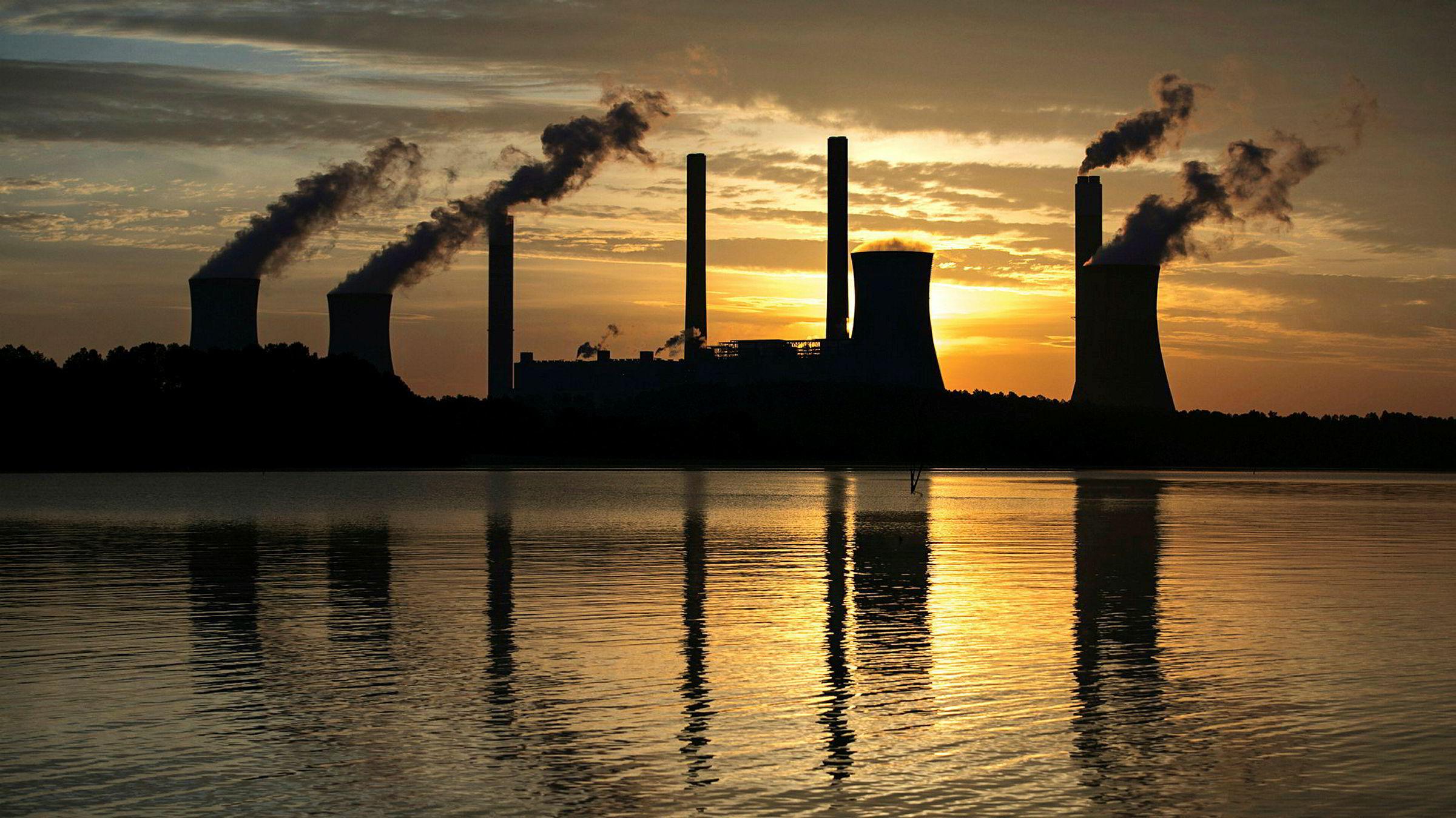 Kullkraftverket Plant Scherer i delstaten Georgia er en av USAs største kilder til utslipp av CO2. Menneskeskapte utslipp av CO2 og andre klimagasser bidrar til å øke temperaturen på kloden.