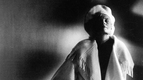 Frynsete vintermote. Unn Søiland Dale i 1994 iført«Pleddkåpe Style 2» fra 1980 – en av de første i serien hun kalte «Pledd med passform».