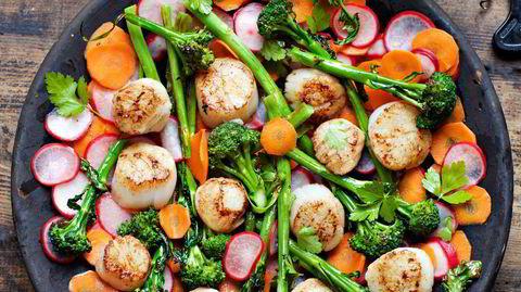 Salat på fat. Salater kommer bedre til sin rett når den får skinne på et fat istedenfor å drukne i en bolle.