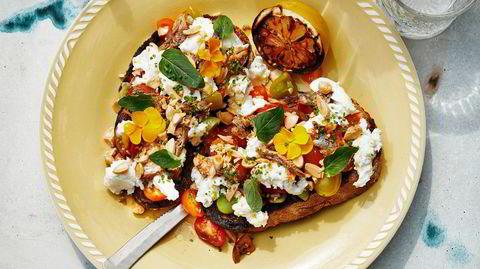 Ekstra-service. Med gode sardiner og mandler i skapet, går det kjapt å trylle frem en sommerlig lunsj med tomatsalat på grillet brød.