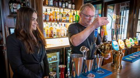 Per Sandberg gikk fra full jobb som politiker til å drifte Grand Bar i Halden, med samboeren Bahareh Letnes.