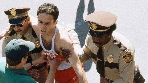 Solduellen. Alberto Salazar sjanglet av utmattelse etter å ha vunnet 1982-utgaven av Boston Maraton, kalt «The Duel in the Sun». Få, om noen, kunne presse seg så hardt som eks-cubaneren. Folkehelten fikk frie tøyler da utstyrsgiganten Nike ved årtusenskiftet skulle hamle opp med den afrikanske dominansen i langdistanseløping. Som trener presset han utøverne sine enda mer. Det skulle gå galt.