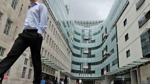 BBC får hard kritikk etter at de gjenga et rasistisk tilrop i en nyhetsreportasje.