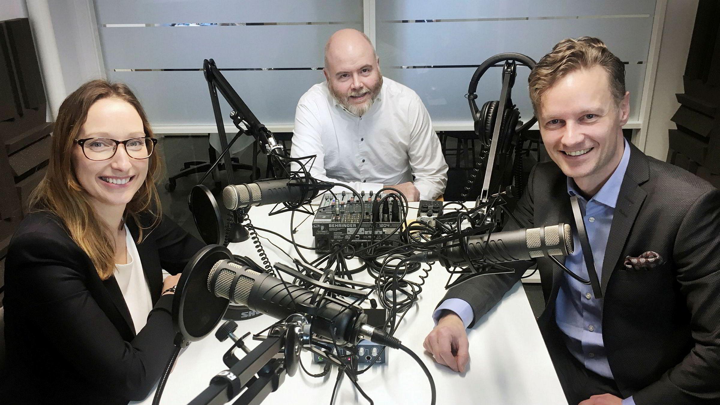 Sjeføkonom Kjersti Haugland i DNB Markets, DNs Einar Takla og sjeføkonom Bjørn Roger Wilhelmsen i Nordkinn Asset Management (t.h.).