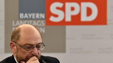 SPD og partileder Martin Schulz skal søndag stemme over hvorvidt de ønsker å innlede formelle regjeringsforhandlinger med Merkels CDU og søsterpartiet CSU. Foto: AP / NTB scanpix / CHRISTOF STACHE