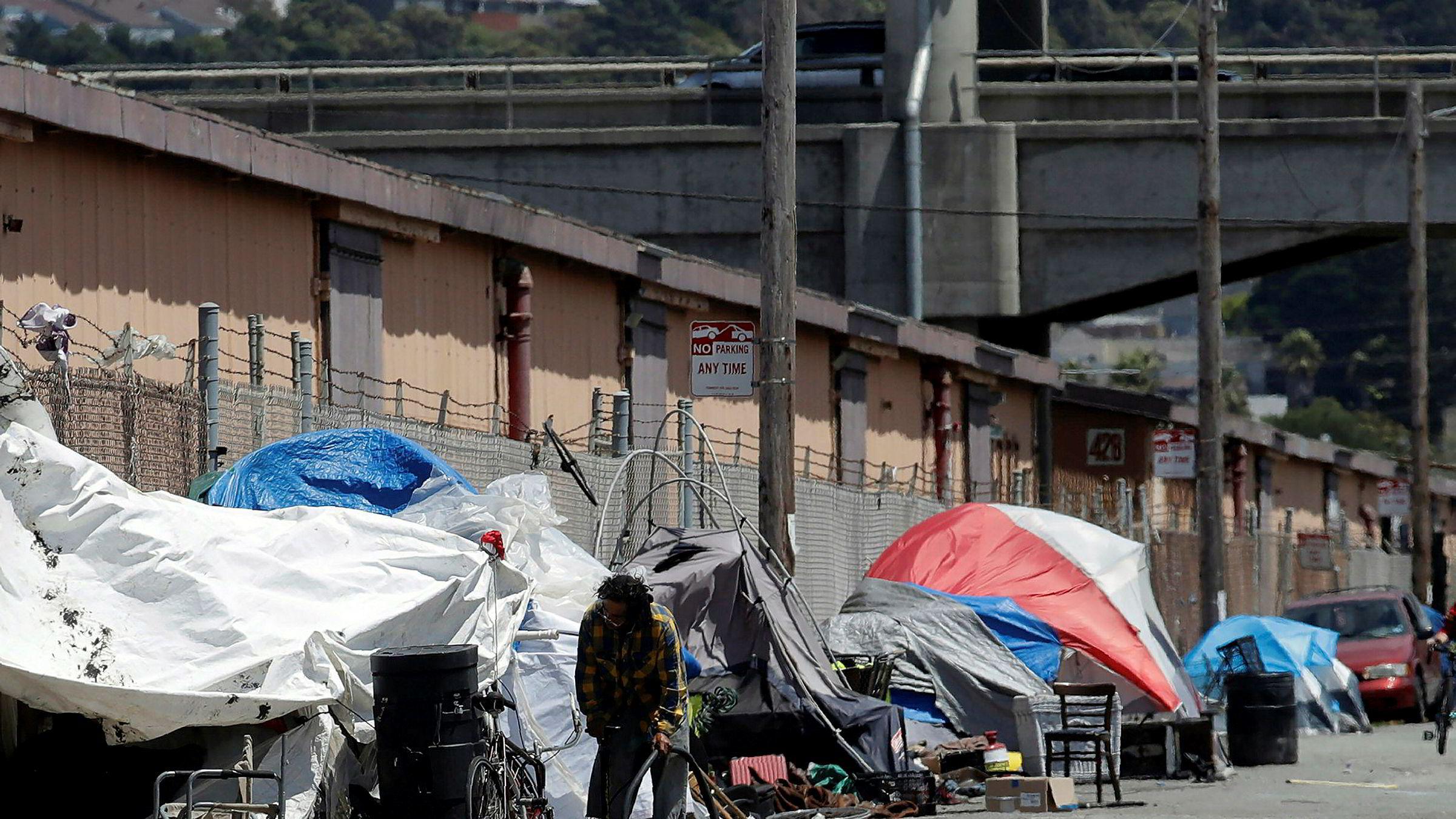 Apple øremerker milliarder mot boligkrisen i California. Bildet viser en teltleir for hjemløse i en gate i San Francisco.