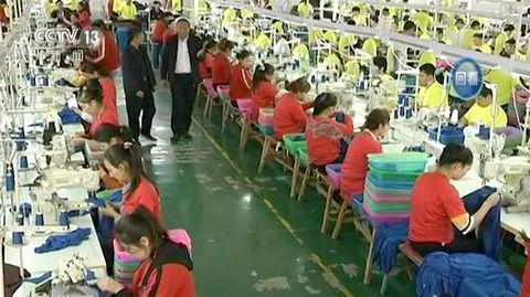Dette bildet fra et overvåkningskamera viser muslimske tvangsarbeidere i en klesfabrikk i en arbeidsleir i Hotan, nordvest i Kina.