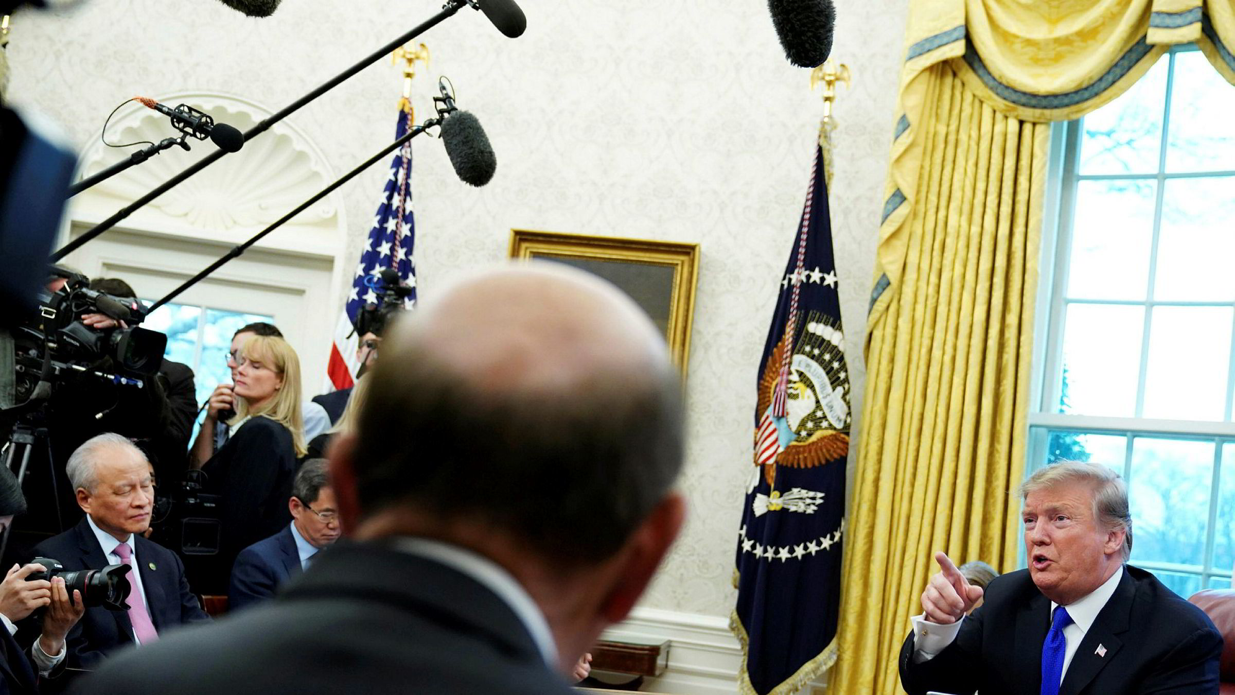 Kinas USA-ambassadør Cui Tiankai (til venstre) er kritisk til hva han mener er farlig retorikk. Her under et møte med USA-president Donald Trump i Det hvite hus i februar i år.